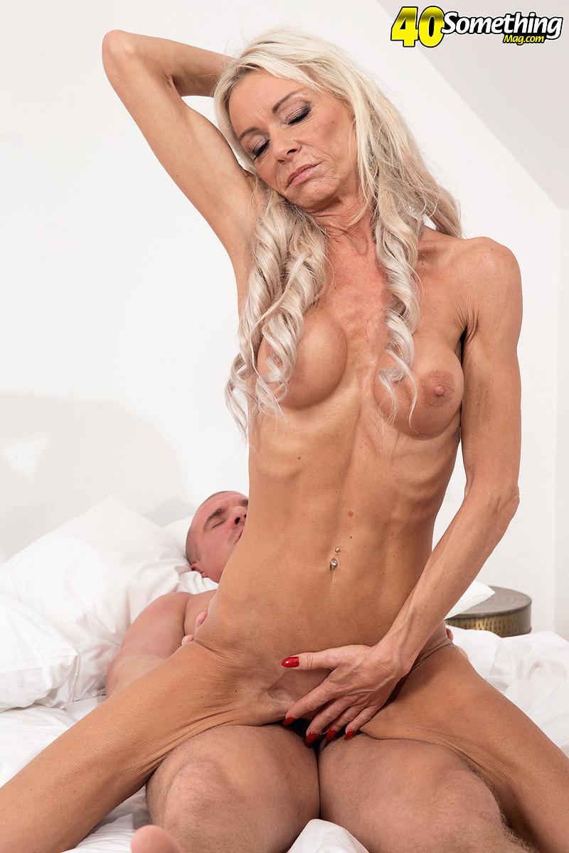 Vovó gostosa Alexis Starr sentando no pau - Só Pornô