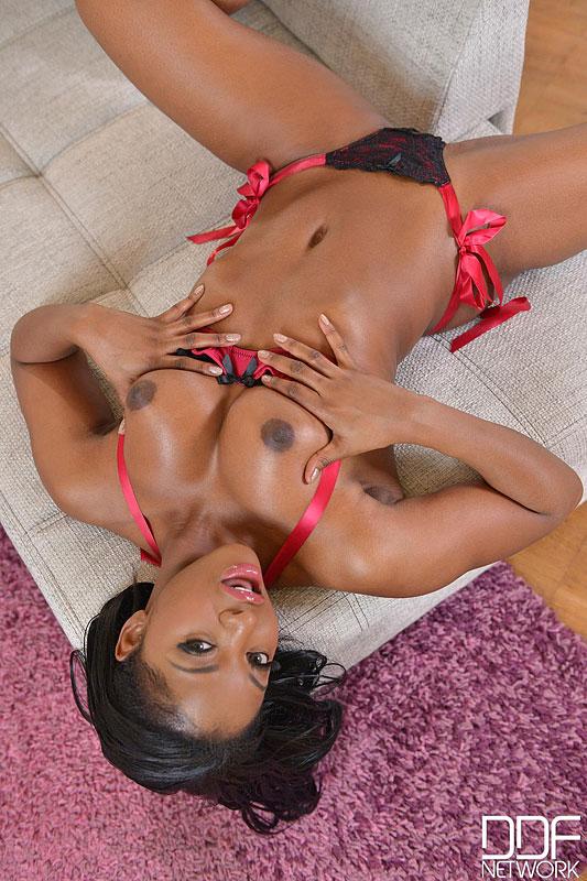 Jasmine Webb mostrando seus lindos seios - Só Pornô