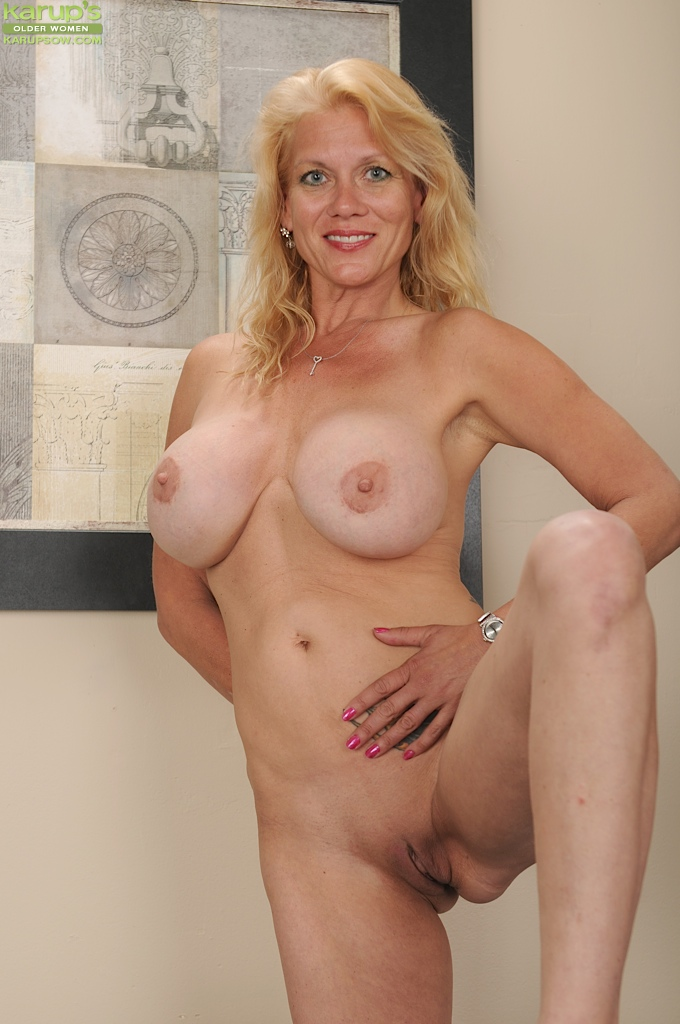 Mature blonde hairy pussy