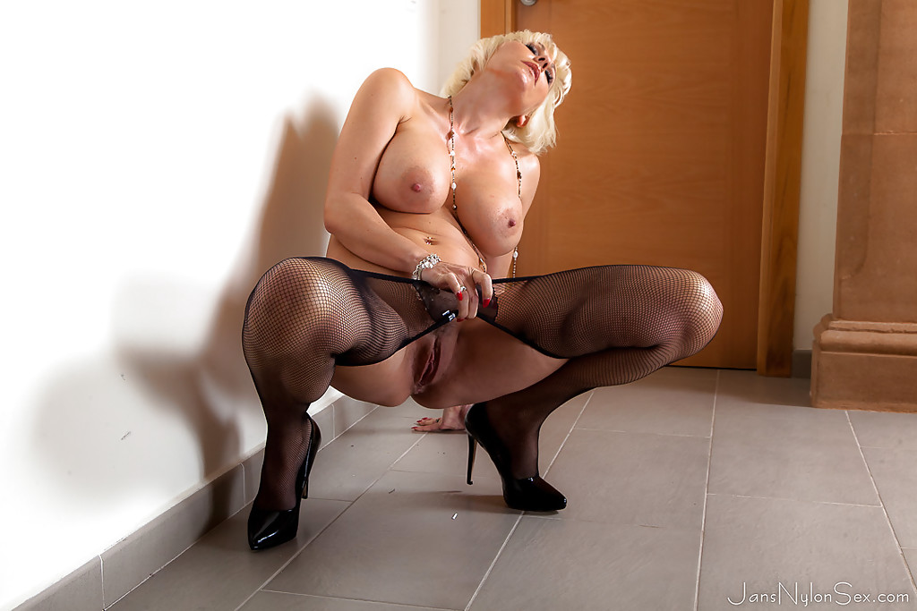 Pantyhose clad mature woman Jan Burton exposing nice underboobage