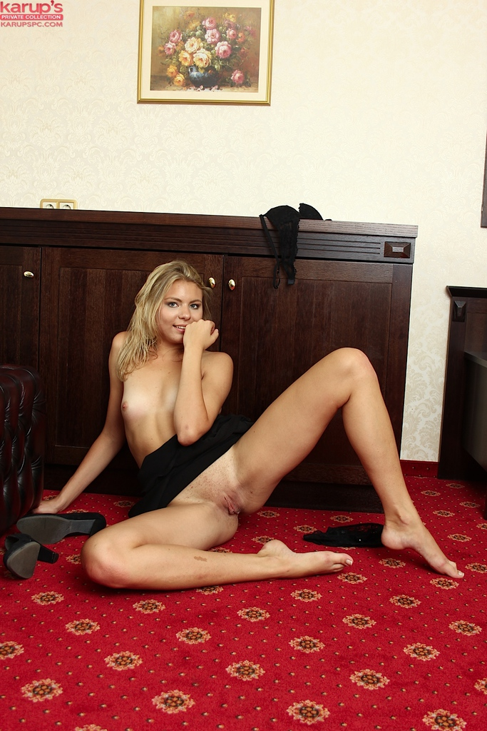 Blonde amateur babe Patricia Stevens slowly strips and shows her goodies