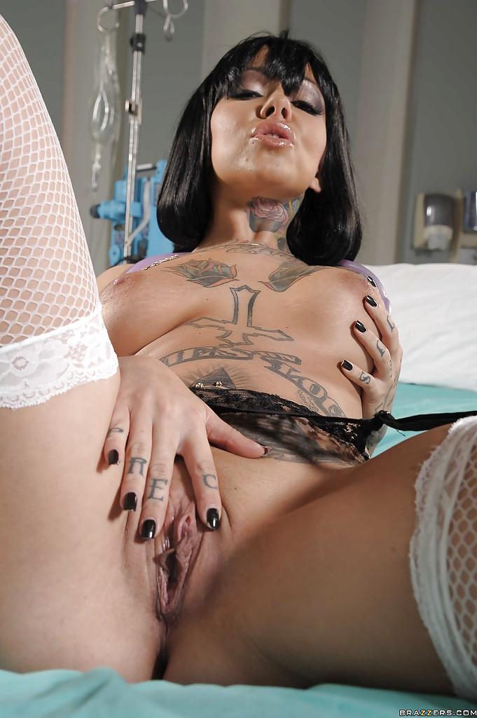 Hot nurse Julia Bond showing off her body - Só Pornô