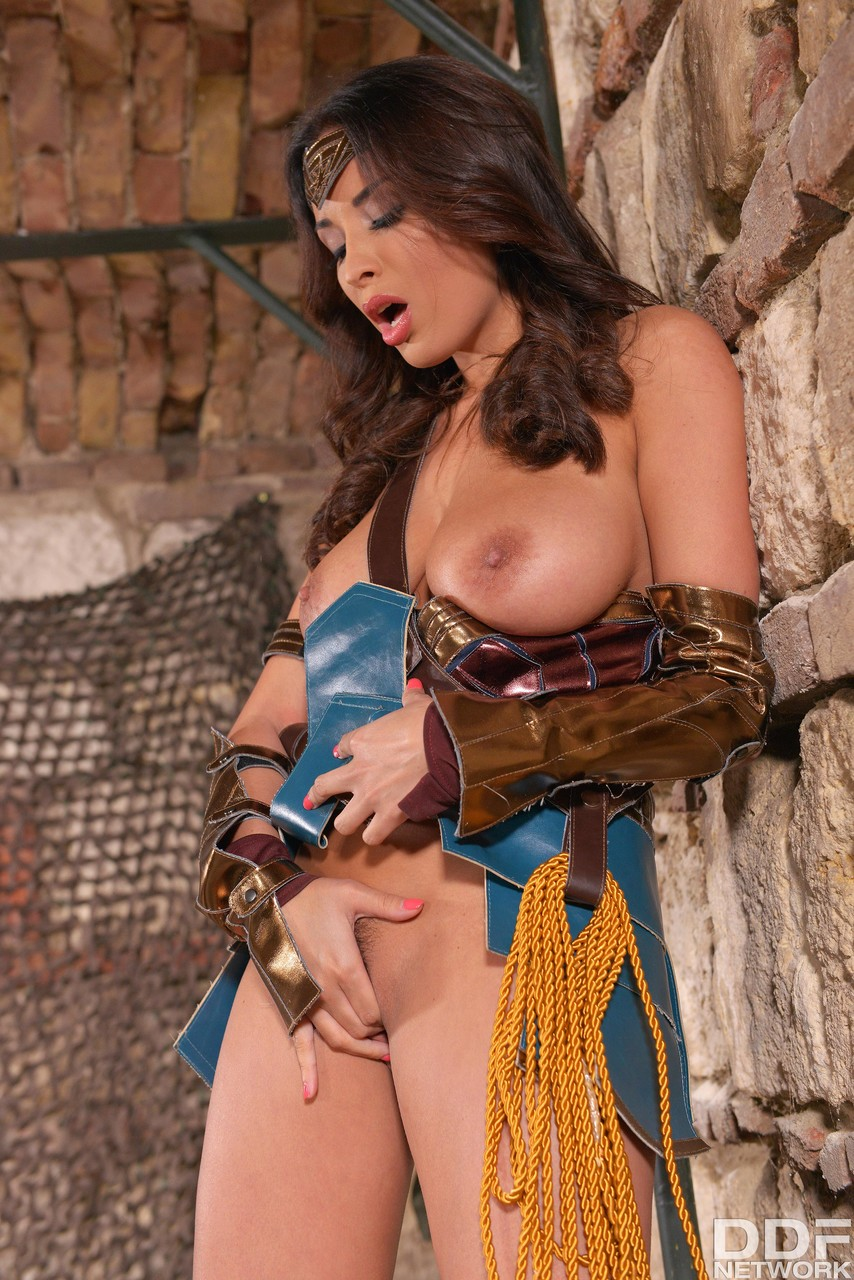 Wonder Woman frees her big boobs and masturbates - Só Pornô