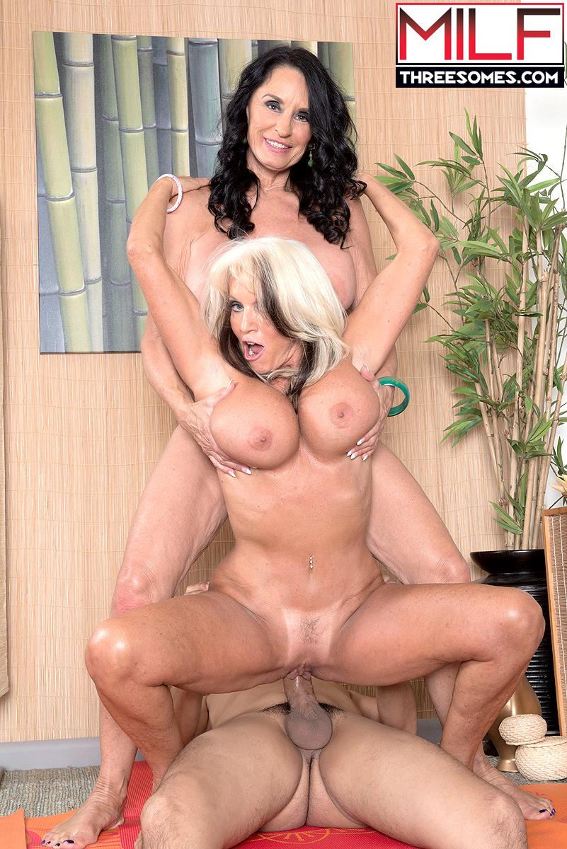 Vovós Sally D'Angelo e Rita Daniels dando pro novinho - Só Pornô