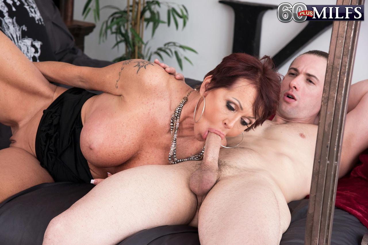 Coroa Gina Milano chupando o novinho - Só Pornô