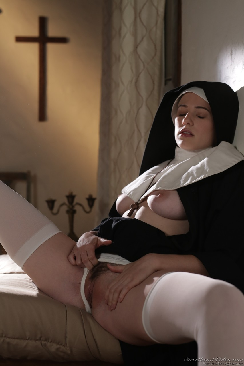 Freira Riley Nixon mostrando a buceta - Só Pornô