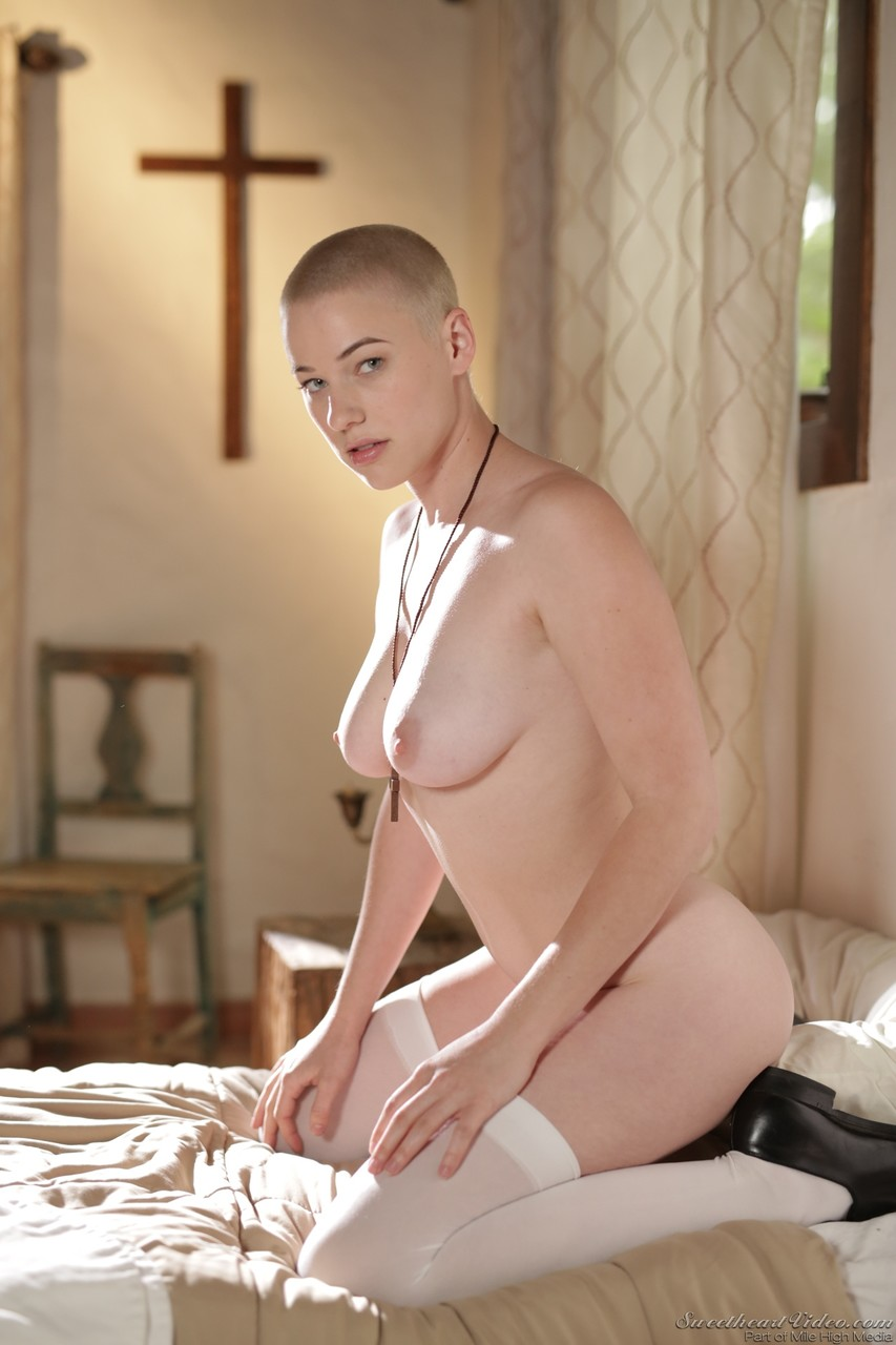 Horny nun Riley Nixon pleases herself at the monastery - Só Pornô