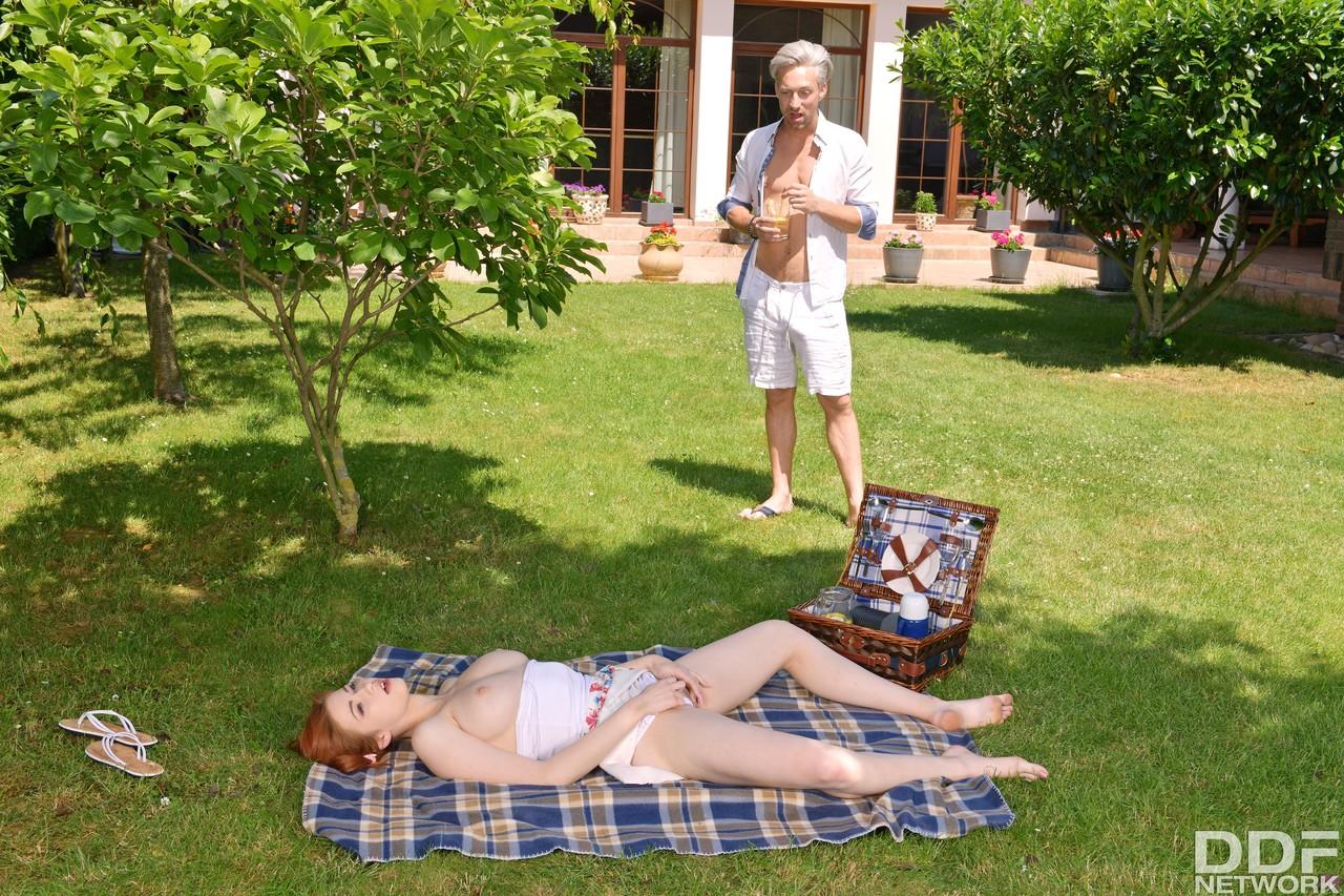 Novinha ruiva tocando uma siririca no picnic - Só Pornô