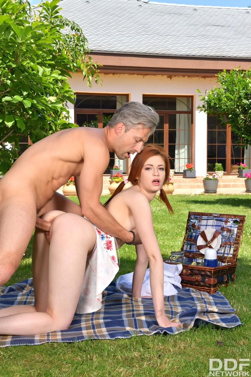 Redhead Sophia fucking with old man - Só Pornô