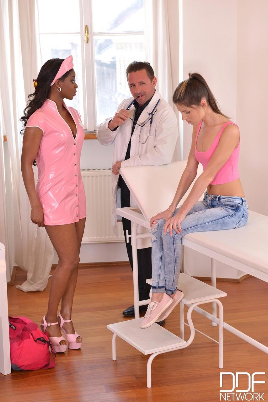 Enfermeira e doutor trataram a novinha com muito sexo - Só Pornô