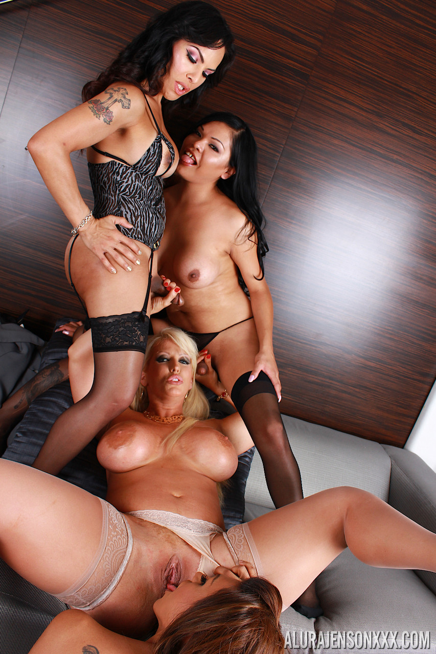 MILF Alura Jenson gets fucked by three hot shemales - Só Travestis