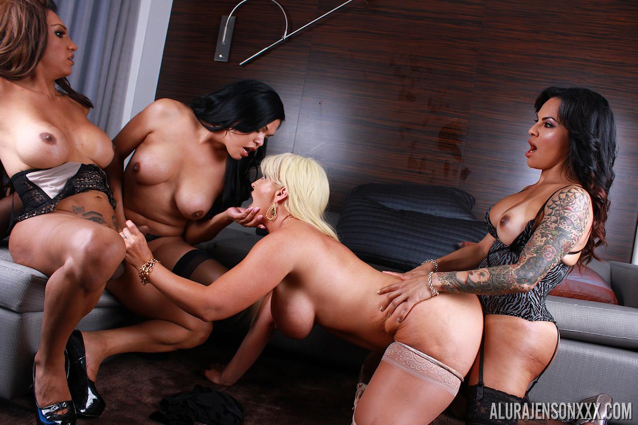 Foxxy, Carmen Moore e Jessy Dubai metendo na coroa - Só Travestis