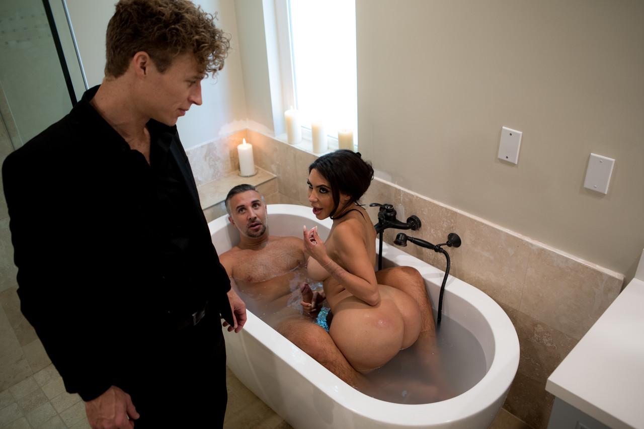 Порно измена пока муж в ванну
