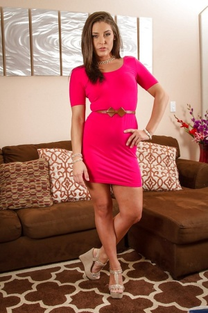 Babe milf Gracie Glam is giving us a look of her naked shape