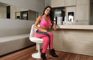 Brazilian babe Liandra Andrade playing with big breasts in yoga pants