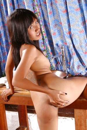 Leggy amateur model Linny masturbating bald vagina after undressing