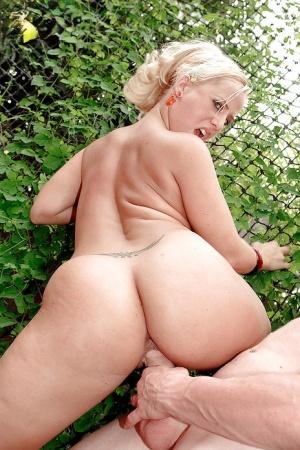 Hardcore ass fucking for big booty blonde MILF Georgia Peach outdoors