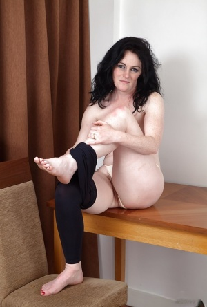 Barefoot aged lady Andrea Foster strops off yoga pants to exhibit hairy pussy
