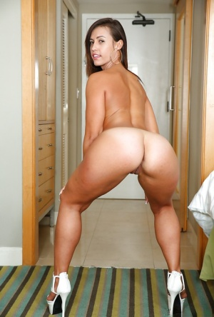Pornsta with a big round ass Kelsi Monroe boasts of her massive butt on cam
