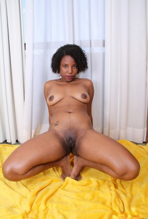 Black amateur removes her mismatched swimwear to model in the nude