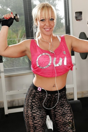 Sporty MILF Austin Taylor slowly uncovering her tempting curves