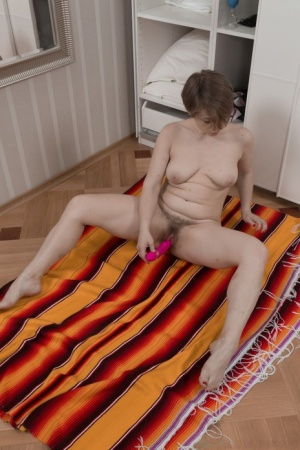Pudgy short Yulenka Moore strips in dressing room to toy hairy pussy close up