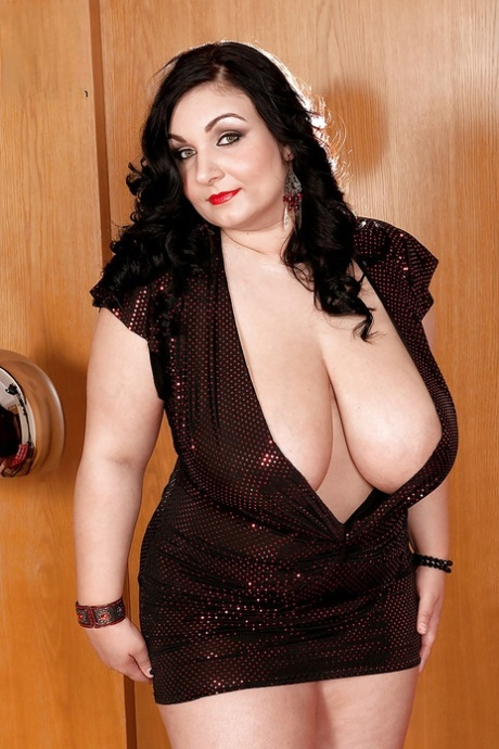 Plump seductress Raquel Grant fondling her fat tits and butt in sensuous shoot