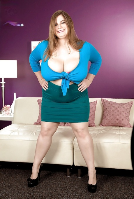 fatty babe with big boobs Sarah Rae poses in tight lingerie