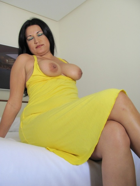 Curvy mature Linette flaunts her big naturals and toys her gaping hole